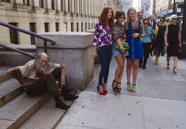 homeless-man-and-fashionistas
